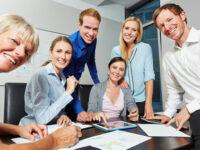 Geschäftsleute arbeiten zusammen am Erfolg der Firma bei einem Meeting